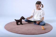 Teppich für Kinder zum Spielen - Wollige Fußspuren haben Taube, Mader und Hund auf diesem Teppich hinterlassen.