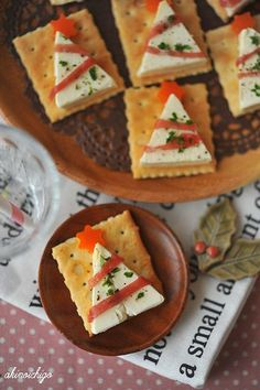 Christmas snacks for a Christmas dinner treat at school; Make easy and quick kids' snacks for Christmas breakfast, high tea or lunch. Christmas Canapes, Christmas Party Food, Xmas Food, Christmas Cooking, Holiday Parties, Christmas Crackers, Christmas Cheese, Christmas Dinners, Christmas Desserts