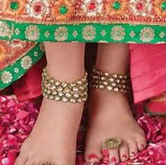 #Solah_Shringar – 16 steps of head to toe Indian bridal makeup & adornment, here along w/ Payal Anklet is Bichua, a toe ring worn by a bride, usually on the second toe of the left feet, it's an important symbol of marriage  Click http://www.speakingtree.in/public/spiritual-slideshow/seekers/faith-and-rituals/sola-shringar-much-more-than-just-beauty/2302 for more