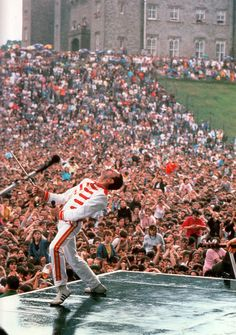 Freddie Mercury performing at Slane Castle in John Deacon, Mr Fahrenheit, Digital History, Queens Wallpaper, Queen Photos, Queen Images, A Kind Of Magic, Roger Taylor, We Will Rock You