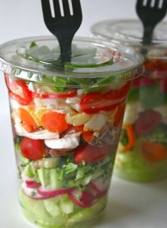 Salad in a cup for school lunch. I used to hate salad but now I'm ok with them. Something healthy to eat for lunch. I get tired of sandwiches! Low Carb Recipes, Cooking Recipes, Healthy Recipes, Avocado Recipes, Detox Recipes, Cooking Tips, Salad Recipes, Vegetarian Recipes, Good Food