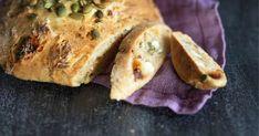 Etsinnässä pikaleipä? Aurinkokuivatut tomaatit ja feta maustavat tämän tuhdin leivinjauheella kohotettavan leivän, joka on parhaimmillaan leivontapäivänä. Spanakopita, Feta, Chicken, Ethnic Recipes, Cubs
