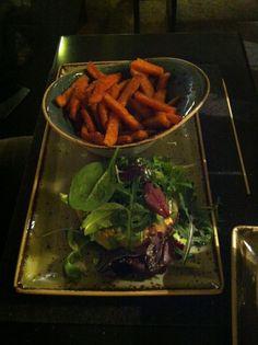 Brotloser Burger mit Suesskartoffelfritten im Hans im Glück (Isartorplatz) in München. Lust Restaurants zu testen und Bewirtungskosten zurück erstatten lassen? https://www.testando.de/so-funktionierts