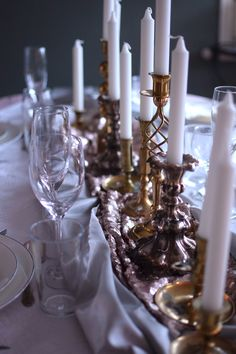 Nyårsdukning, new year table setting, bordsdukning, mässing, New Year Table Setting, Beautiful Interior Design, New Year 2020, Lets Celebrate, New Years Party, Party Time, Table Settings, Candles, Table Decorations