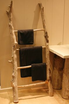 Towel rings aren't always rings. The ladder DIY towel rack hack will provide your bathroom a good transformation. To allow it to be perfect, place a ladder leaning against the wall as a special towel rack. Deco Spa, Ladder Towel Racks, Twig Furniture, Deco Nature, Driftwood, Ladder Decor, Easy Diy, Decoration, Branches