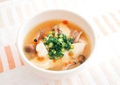 スープのアレンジ●お腹をキレイにするキノコをプラス サンラータンスープ    画像のクリックで拡大表示  材料(1人分)  基本のチキンスープ …………… 250ml  シメジ …………… 50g  豆腐 …………… 80g  醤油 …………… 大さじ1/2  酢 …………… 小さじ1~2  塩 …………… 少々  コショウ …………… 少々  小ネギ …………… 1本  ラー油 …………… 適量