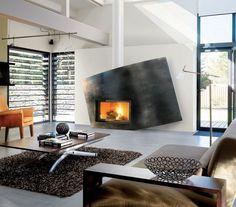 cheminée design extraordinaire avec plaque en métal patiné