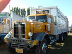 Old school Autocar. Farm Trucks, Big Rig Trucks, Semi Trucks, Cool Trucks, Pickup Trucks, Diesel Cars, Diesel Trucks, Cattle Trailers, Truck Transport