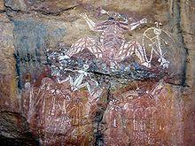 Parque Nacional Kakadu - Outras culturas pré-históricas mais recentes também deixaram importantes registros pictóricos, mas estas em geral foram produzidas por tribos de caçadores nômades, e mostram muitas figuras de animais, além da humana, em um estilo bem menos refinado e variado do que as Bradshaws.