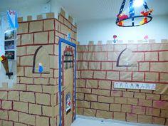 Os quiero enseñar la decoración exterior de nuestra aula o debería decir castillo. Tiene su puente levadizo, un soldado vigilando la puerta ...