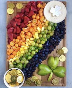 St Patrick's Day platter St Patrick Day Snacks, St Patrick Day Activities, St Patricks Day Food, Saint Patricks, Charcuterie Recipes, Charcuterie Board, St Patrick's Day Appetizers, Rainbow Fruit, Rainbow Theme