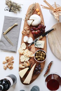 As a conclusion of a menu, a main course or finger food: A cheese platter is a tasteful all-rounder. Make your cheese board a piece of art by adding perfectly shaped knives by Forge de Laguiole®.  #cheese #cheeseboard #cheeseplatter #cheeseknife #charcuterieboard #handmade #tablesetting #cutlery #knife #knives #flatware #madeinfrance #frenchcheese #finedining #tableware #silverware #foldingknife