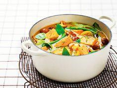 Surr karripastaen med litt olje i en romslig kjele.  Tilsett sitrongresset, limeblad og aubergine.  Hell i kokosmelken og fiskebuljongen.  Sett ned varmen, legg på et lokk og la det koke i 10 minutter.  Tilsett resten av grønnsakene og kok i ca. 5 minutter.  Smak til med salt.  Legg i laksebitene og la de trekke i 2 – 3 minutter.  Strø over basilikum eller koriander og server med kokt ris.