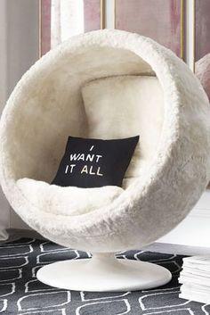 déco-chambre-ado-fille-fauteuil-chaise-noeud-cocooning-tapis-noir-a-motifs-geometriques #DIYHomeDecorChambre