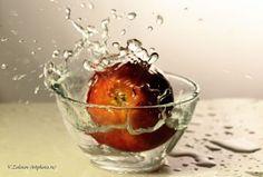 яблоко падает в воду