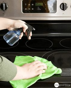 Are stubborn food spills marring the sleek and shiny surface of your glass stovetop? Find out how to clean your glass stovetop quickly and easily here! Steam Cleaning, Deep Cleaning, Spring Cleaning, Cleaning Hacks, Cleaning Wipes, Clean And Shiny, Green Clean, Bathroom Cleaning, Cleaning Solutions