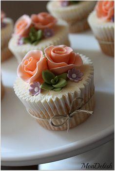 Succulents & roses #cupcake