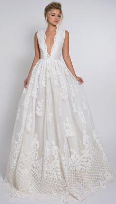 White wedding dress. All brides want to find themselves finding the most suitable wedding day, but for this they need the ideal wedding dress, with the bridesmaid's dresses actually complimenting the brides dress. Here are a variety of tips on wedding dresses.
