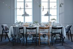 Want to win a few wows with your table setting? Finding a theme, using personalized place settings and decorating on, below and above the table should do the trick, come check out the website to see more.