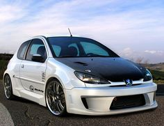Peugeot 206 don't like the carbon hood, but the kit looks good ; Peugeot 107, 3008 Peugeot, Rally Car, Car Car, 308 Gti, Bmw S1000rr, Car Mods, Tuner Cars, Car Tuning