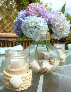 déco florale de table en couleurs bleue violette et bocal en forme originale