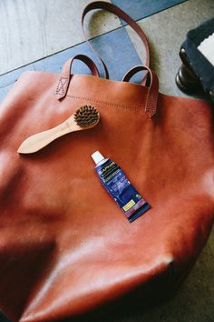 How To Care For A Leather Bag: 5 Tips Pflege einer Ledertasche: 5 Tipps Madewell Transport Tote, Madewell Tote, Leather Purses, Leather Handbags, Leather Bags, Clean Leather Purse, Leather Cleaning, Moda Fashion, Fashion Trends