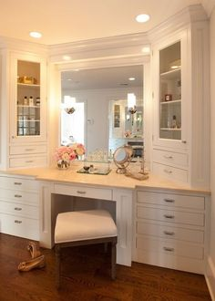 Vanity layout (note glass cabinets, lighting with can lights in ceiling and sconces on mirrors.) My future master closet will have a vanity :) Rangement Makeup, Home Interior, Interior Design, Closet Vanity, Vanity Bathroom, Vanity Room, Ikea Vanity, Vanity Mirrors, Bathroom Closet