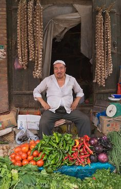 Oeigoerse gronteverkoper/ Uighur vegetable seller at Sunday Market, Kashgar, Xinjiang, Silk Road, China