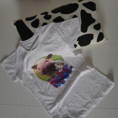 KUHle Paket fia Mädels!  Unser bekanntes  KUHschelkissen  im Bündel mit dem  KUHL-Shirt. Das Shirt ist figurnah geschnitten und aus Polybaumwolle (65%Polyester, 35% ringgesponnenen, gekämmte Baumwolle).  Es ist angenehm zu tragen...