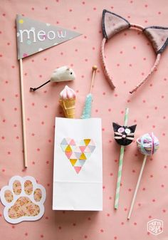 adorable kitty party with headbands, favor bags, decor. cute little yarn ball decorations, too. love this kitty party - more details in posts Cat Birthday, Animal Birthday, 2nd Birthday Parties, Pusheen Birthday, Birthday Ideas, Kitty Party, Fete Emma, Cat Themed Parties, Childrens Party