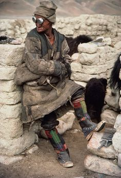 A nomad with chronic eye problems wears goggles to ward off dust, Phala, Chang Tang, Tibet (Photo by Melvyn Goldstein/National Geographic/Getty Images) We Are The World, People Around The World, Around The Worlds, Costume Tribal, Fotografia Retro, Foto Face, Apocalyptic Fashion, Hippie Man, Photographs Of People