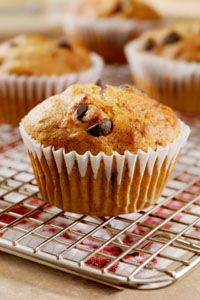 Banana Choco-Chip Muffins - 4 grams of fat and gluten free use real chocolate cause well carob is gross Amish Recipes, Baking Recipes, Banana Chocolate Chip Muffins, Clean Eating Desserts, Choco Chips, Protein Muffins, No Sugar Foods, Healthy Treats, Healthy Recipes