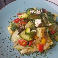 Salat mit Mangold-Schafskäse-Päckchen Zucchini, Vegetable Pizza, Vegetables, Food, Rocket Salad, Gluten Free Recipes, Harvest, Essen, Vegetable Recipes