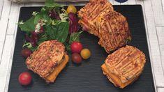 Croque-omelette ! monsieur ou madame ? 🙂 Ingrédients 1 poivron rouge 1 poivron orange 1 poivron vert 1 oignon 5 œufs 10 g de paprika 30 g de mozzarella râpée 50 g de chapelure 4 tranches de cheddar 4 tranches de jambon Ciboulette Recette Couper les poivrons et l'oignon en petits dés. Mélanger les dés de légumes, les œufs, la crème liquide, le paprika, la mozzarella, la ciboulette et la chapelure. Placer le mélange dans un appareil à croque-monsieur. Faire cuire 5 minutes. Répéter l'opération... Omelettes, Food N, Food And Drink, Omelette Recipe, Sandwiches, Pork, Low Carb, Yummy Food, Cooking