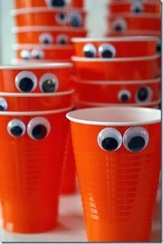 Monster party, cute for Halloween! This would be great for a Halloween party! Different types of googly eyes. Table Halloween, Fröhliches Halloween, Holidays Halloween, Halloween Treats, Halloween Decorations, Halloween Season, Halloween Parties, Halloween Clothes, Halloween Costumes