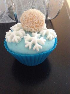Frozen idea! Blue cupcake with snowflakes and beijinho!  By Feestje in een doosje!
