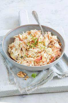 NIEUW!  Koolsalade met appel! Lekkere frisse salade van witte kool en peen julienne met appel en een romige dressing met een snufje kerrie. #koolsalade #salade