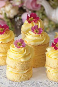 Buttercream Cakes Lemon Buttercream Cakes: Afternoon tea just isn't complete without cake, and these Lemon Buttercream Cakes are the perfect ending to a lovely tea.Lemon Buttercream Cakes: Afternoon tea just isn't complete without cake, and these Lemon B Mini Desserts, Just Desserts, Tea Party Desserts, Tea Party Recipes, Tea Party Foods, Brunch Recipes, Spanish Desserts, Tea Snacks, Brunch Food