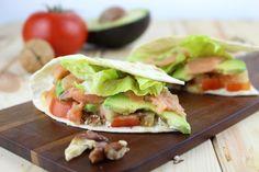 Cómo hacer unos sanos y frescos tacos de salmón ahumado con aguacate, tomate, nueces y queso crema sin lactosa. Videoreceta paso a paso.