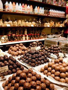 Eat proper Belgium chocolates in Belgium. Chocolate Bonbon, I Love Chocolate, Belgian Chocolate, Chocolate Lovers, Cocoa Chocolate, Tienda Chocolate, Chocolate Stores, Belgium Food, Chocolate Belga