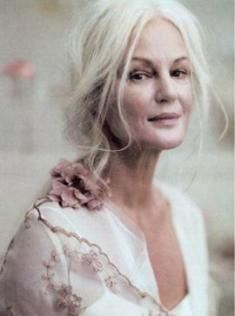 Grethe Kaspersen, real beauty is ageless. love her long grey hair Beautiful Old Woman, Beautiful People, Real Beauty, Hair Beauty, Older Beauty, 3 4 Face, Ageless Beauty, Going Gray, Looks Chic