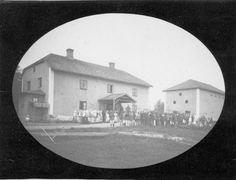 Jokioisten kartanon työväki kokoontuneena aamuhartauteen elonkorjuutöiden alkajaisiksi 1880--luvun lopulla. Vilja leikattiin yleensä yhtenä päivänä, työpäivälle saattoi tulla mittaa 14 tuntia. Kuvausaika 1880-l. / Forssan museo. Museum