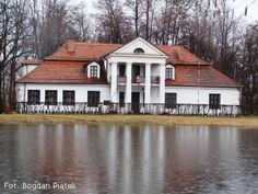 Dwór w Korzeniowie pochodzi z końca XVII wieku, a przebudowano go na początku XIX wieku w stylu klasycystycznym. Mansions Homes, Poland, Interior Architecture, Shed, Outdoor Structures, Manor Houses, Cabin, Traditional, Country