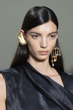 Schiaparelli at Couture Spring 2020 - Details Runway Photos Big Jewelry, Custom Jewelry, Jewelry Accessories, Jewelry Design, Jewelery, Bohemia Jewelry, Beaded Jewelry Patterns, Couture Details, Jewelry Trends