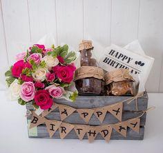 Ideas para obsequiar en un cumpleaños. En un huacal o caja de madera puedes colocar detalles especiales para esa persona que tanto quieres, se creativo y prepara un gran regalo que nunca olviden! Happy Birthday Cards, Birthday Greeting Cards, Diy Birthday, Birthday Gifts, Card Birthday, Homemade Gifts, Diy Gifts, Breakfast Basket, Breakfast Burritos