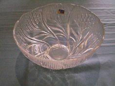 La técnica de vidrio soplado es la que se realiza, cuando el vidrio líquido explota con el aire soplado a través de un tubo, es ahí cuando se pueden fabricar diferentes artesanías y en San Miguel de Allende hay una vidriería especializada en este arte.