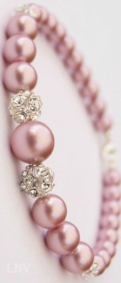 Jewelry Diamond : Step away from classic white pearls and give these beautiful pink pearls a try! - Buy Me Diamond Pearl Jewelry, Diy Jewelry, Jewelry Box, Jewelry Bracelets, Jewelery, Jewelry Accessories, Jewelry Making, Silver Bracelets, Pearl Necklaces