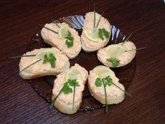 Nastrouháne na jemném struhadle mrkev a celer (v poměru 1:1), přidáme majonézu, zakápneme trouchou citronové šťávy a opepříme. Promícháme, dáme...