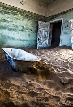 Kolmanskop Ghost Town Namibia attracts photographers and visitors from all over the world for good reason. New Travel, Ultimate Travel, Travel And Leisure, Travel Tips, Photography Guide, Travel Photography, Travel Pictures, Travel Photos, Travel Around The World