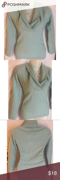"""Old Navy Womens Cashmere Sweater Size Large Old Navy woman's blue cashmere v neck sweater top size large  Style#: 528650   Measurements-  Bust: 32""""  Waist: 29""""  Length: 23""""    Length is measured top to bottom.       Customer service is my #1 priority! I strive to not only meet, but to exceed the standard. If for any reason you are unhappy with your order, I will make it right!     Thank you for supporting small business! Old Navy Sweaters V-Necks"""